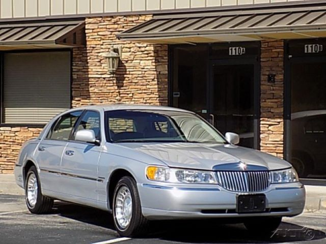 2000 lincoln towncar executive series 89k original miles. Black Bedroom Furniture Sets. Home Design Ideas
