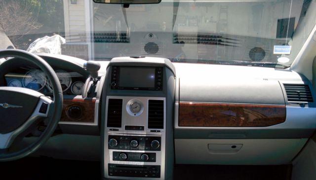 2009 chrysler town & country minivan