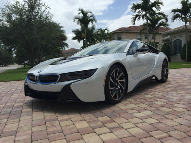 2015 bmw i8 w pure impulse world crystal white pearl metallic and blue accent. Black Bedroom Furniture Sets. Home Design Ideas