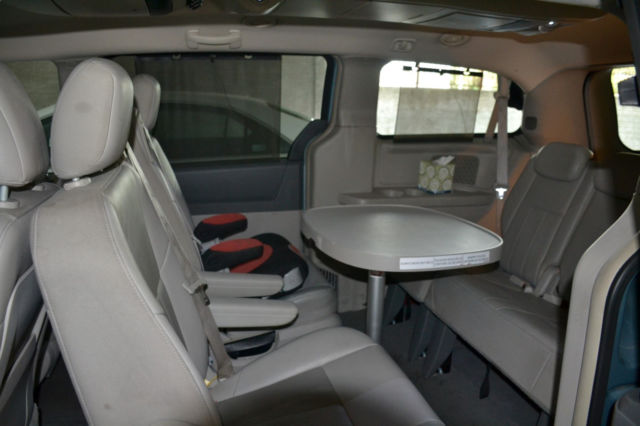 fully loaded 2008 chrysler town country touring with swivel chair and table. Black Bedroom Furniture Sets. Home Design Ideas